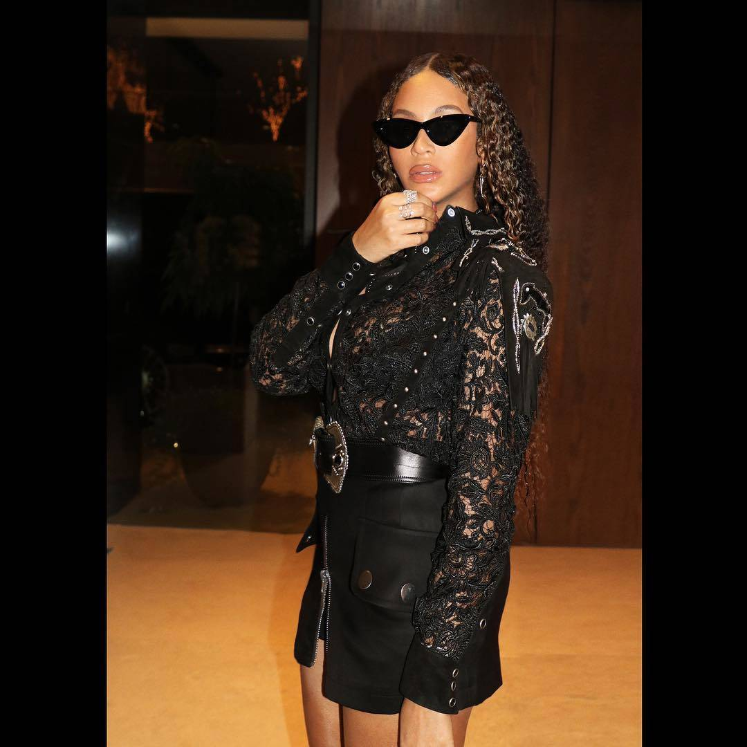 Beyoncé Knowles Carter in Short Black Skirt